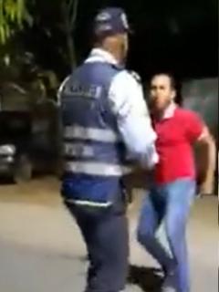 Hombres golpean a Policías en Barrancabermeja con un ladrillo.