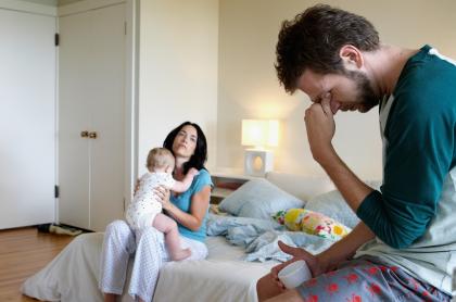 Ilustración de niña y sus padres, a propósito de divorcios