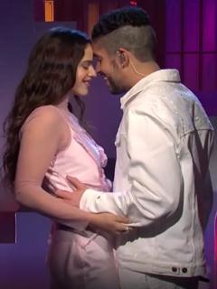 Video de Bad Bunny y Rosalía durante el show de Satudar Night Live en el que casi se besan.