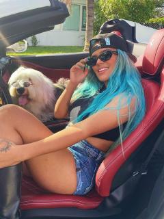 Foto de Instagram de Karol G estrenando su lujoso carro Ferrari convertible de $1.200 millones.