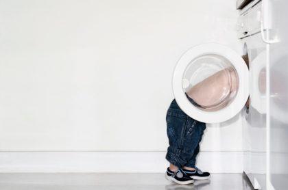 Niño con cabeza dentro de lavadora, ilustra nota de menor que murió luego de esconderse en lavadora