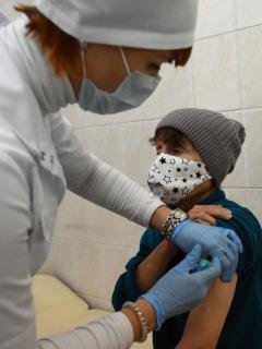 Mujer en condición de calle en San Petersburgo (Rusia) recibe la vacuna contra el coronavirus