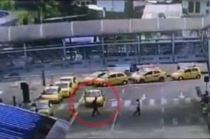 Imagen del momento en que recogen al empleado en taxi,en Quibdó, al que luego secuestraron