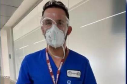 Camilo Reyes, cirujano plástico, se defiende luego de que lo acusaran de colarse en plan de vacunación en Santander