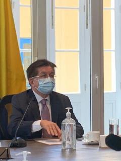 Fernando Ruiz y Claudia López, en una de tantas reuniones sobre las vacunas en Bogotá.