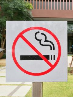 Imagen que ilustra el proyecto que prohibiría fumar en los parques.