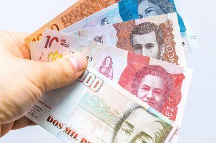 Billetes colombianos, ilustran nota de cómo cobrar el subsidio del Ingreso Solidario en Colombia.