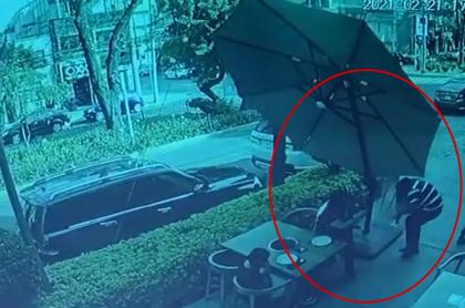Captura de pantalla del video en el que se ve a un hombre sacar corriendo a tiros a ladrones, en México