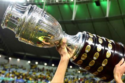 Copa América, confirmada en Colombia y Argentina, pero sin Australia y Catar. Imagen del trofeo del certamen.
