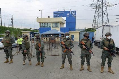 Guardias cuidando cárcel tras amotinamientos que dejaron 75 muertos en Ecuador