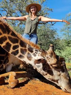 Merelize Van Der Merwe, cazadora sudafricana de 32 años, mató a una jirafa en Sudáfrica y posó orgullosa en redes con el corazón del animal.