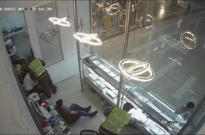 Momento en que los ladrones, con uniformes de la Policía, roban joyería en Barranquilla