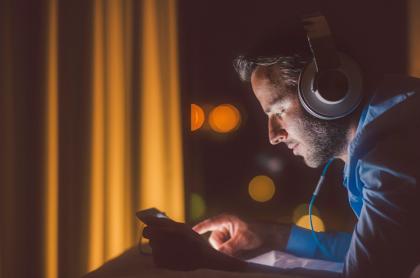 Foto de hombre con un dispositivo móvil ilustra nota sobre aplicaciones para convertir audio a texto