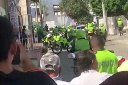 Momento en que policías persiguen a los ladrones que robaron joyas en un centro comercial de Barranquilla