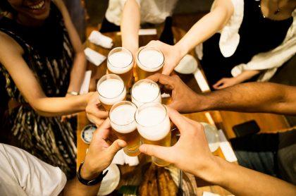 Imagen de personas brindando con cerveza ilustra nota sobre propuesta de pilito que se hará para reabrir bares en Bogotá