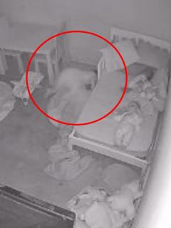 Captura de pantalla de video donde una niña, supuestamente, es arrastrada por un fantasma debajo de la cama