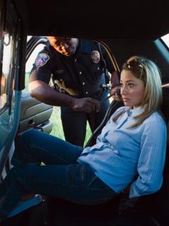 """Mujer arrestada dentro de patrulla de policía, ilustra nota de Cárcel para mujer que escupió sangre a policías y luego gritó: """"tengo VIH"""""""