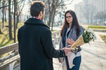 Mujer rechaza a hombre que le está entregando flores, ilustra nota de joven despechado envenenó a 3 adolescentes porque una de ellas lo rechazó