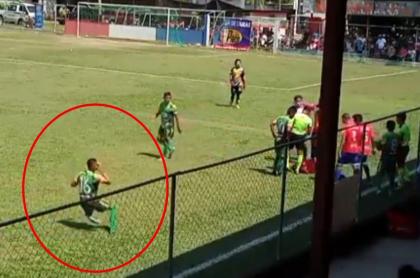 Captura de pantalla de joven futbolista que intentó engañar al árbitro y simuló pedrada con cáscara de naranja