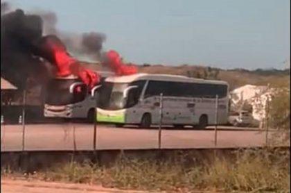Imagen del momento en que los buses arden en llamas, en La Guajira, incendio que habría provocado un exempleado del Cerrejón