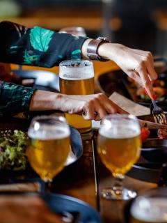 Grupo de personas comiendo y bebiendo ilustra nota sobre permiso a restaurantes para vender licor