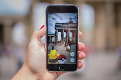 Imagen de celular con videojuego de Pokemón ilustra artículo Los monstruos japoneses Pokemón cumplen 25 años