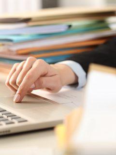 Oficinista ilustra nota sobre ofertas de trabajo del SENA en Colombia