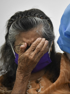 Anciana vacunándose contra COVID-19 en Cali ilustra nota de aglomeraciones que se presentaron en Bogotá por multitud de adultos mayores