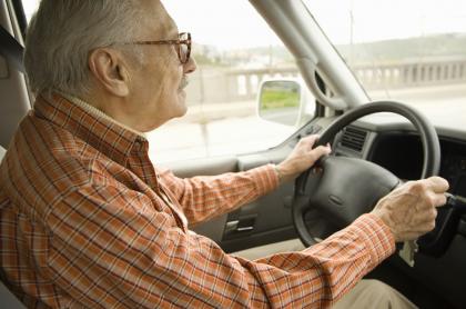 Francia: anciano multado por exceso de velocidad iba tarde para recibir vacuna