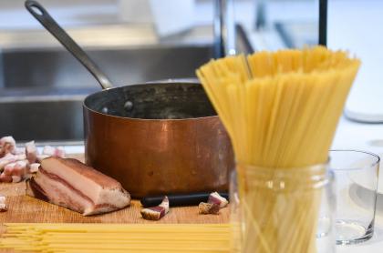 Imagen de espaguetis ilustra artículo Receta de EE.UU. de pasta a la carbonara con tomate tiene rojos a los chefs italianos
