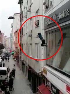 Captura de pantalla de video viral de mujer que lanza a sus 4 hijos de un cuarto piso para salvarlos de incendio