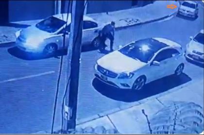 Imagen de cuando el delincuente baja para abrir el carro y robar, en Chapinero