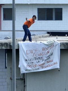 Prisionero de una de las cárceles de Ecuador en donde se dieron los desmanes.