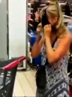 Mujer con tanga como tapabocas.