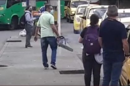Momento en que el taxista enciende la motosierra en vía pública de El Poblado, en Medellín
