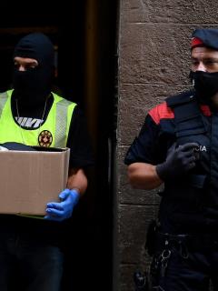 Imagen de miembros de los los Mossos d'Esquadra ilustra artículo Policía registra oficinas del FC Barcelona, por caso 'Barçagate'
