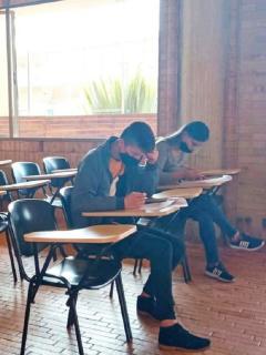 Estudiantes de colegio distrital de Bogotá ilustran nota sobre nuevas instituciones públicas que retoman clases presenciales en la capital