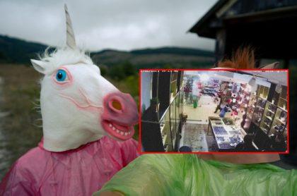 Hombre con máscara de unicornio, ilustra nota de video de jóvenes disfrazados de unicornios que ingresan a joyería a robar, en Rusia