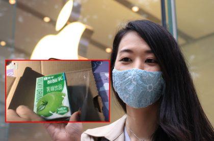 Mujer con iPhone 12 en tienda de Apple, ilustra nota de mujer que compró iPhone 12 y recibió un yogurt de manzana, en China