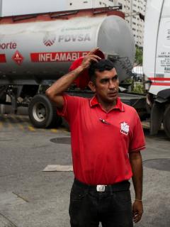 Imagen de empleado de la petrolera estatal venezolana PDVSA ilustra artículo Venezuela no se podrá sumarse al alza mundial de precios del petróleo: expertos