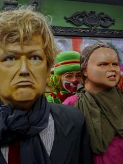 Manifestantes con máscaras de Donald Trump y Greta Thunberg.