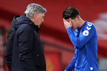 James Rodríguez y Carlo Ancelotti, quien confirmó que el colombiano no tiene una lesión grave