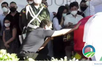 Silvestre Dangond llorando mientras le cantaba al ataúd de Jorge Oñate