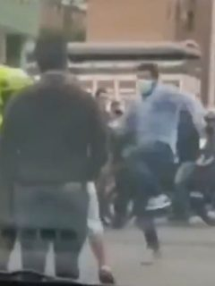 Una persona aprovechó un descuido de la Policía y agredió a un presunto ladrón con una patada voladora.