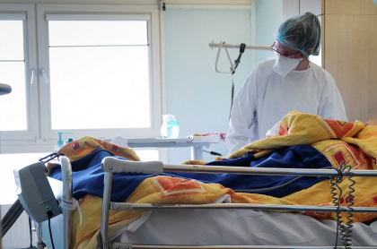 Imagen de enfermera ilustra artículo Enfermera vacunada contra COVID-19 en Córdoba está en UCI por reacción adversa