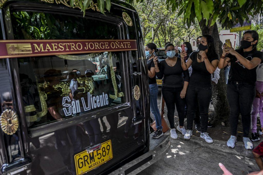 Fanáticos despidiendo a Jorge Oñate / AFP