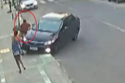 Una cámara de seguridad grabó el momento en el que un conductor atropelló a un ladrón que le había robado el celular a su novia, en Brasil.