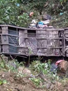 La Policía de Bolivia informó que un accidente de un autobús que se fue a un barranco de 150 metros dejó al menos 20 muertos y 13 heridos.