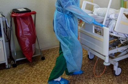 Imagen de enfermera llevando camilla ilustra artículo Trasladan a enfermera vacunada contra COVID-19 en Córdoba; sigue convulsionando