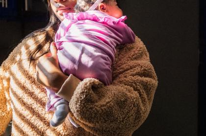Imagen de mujer con bebé en sus brazos ilustra artículo A la cárcel, mujer de origen venezolano que vendió a su bebé por un millón de pesos